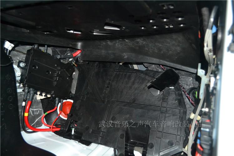 副驾驶奔驰丹拿喇叭安装完成,不需要人工制作安装垫圈,也无须再去接线