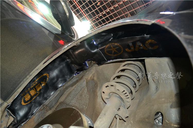 大众迈腾B7汽车噪音主要分为:引擎噪音、路噪、胎噪、风燥、共鸣噪音等等,每款车型的噪音特点不一样,隔音前一定要先找到车辆的噪音源,然后根据噪音特点灵活搭配合理的隔音方案。  例如:发动机噪音较大的车辆,就应该重点处理发动机舱防火墙、U型槽、引擎盖隔音;路噪胎噪较大的车辆应该重点处理:车门、底板、后备箱、翼子板等部位;风燥较大的车辆优先考虑车门密封项目,部分车型建议连车门隔音一起施工。当然如果不差钱,不考虑价格的话,当然建议做个全车隔音效果会更好。  施工细节决定成败,所以对叶子板和轮弧及尾箱盖这些不起眼的
